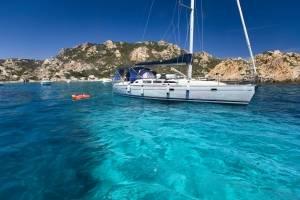 zeilboot-huren-sardinie-la-maddalena-archipel-boot-voor-anker.jpg