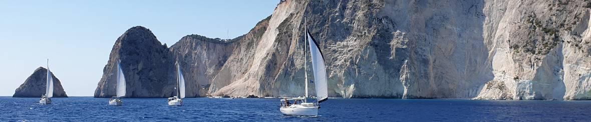 2021-griekenland-zeilboten-langs-kliffen.jpg
