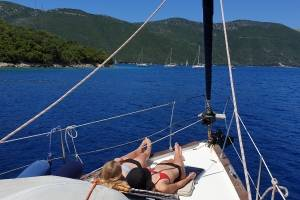 zeilvakantie-griekenland-lekker op dek liggen.jpg