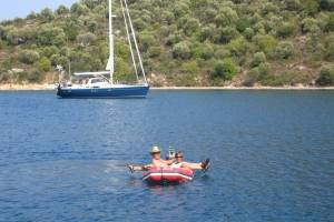 OO marc en alexandra in dinghy ver weg.JPG