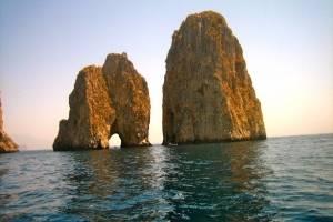 Zeilen-italie-Faraglioni-Capri.jpg